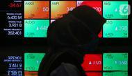 Pengunjung melintas di papan elektronik yang menampilkan pergerakan Indeks Harga Saham Gabungan (IHSG) di Bursa Efek Jakarta, Rabu (15/4/2020). Pergerakan IHSG berakhir turun tajam 1,71% atau 80,59 poin ke level 4.625,9 pada perdagangan hari ini. (Liputan6.com/Johan Tallo)