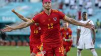 Gelandang Wales, Kieffer Moore melakukan selebrasi usai mencetak gol penyeimbang 1-1 ke gawang Swiss dalam laga grup A Euro 2020 di Baku Olympic Stadium, Azerbaijan, Sabtu (12/6/2021) malam WIB. (Foto: AP/Darko Vojinovic/Pool)