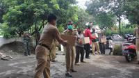 Pemkab Purbalingga mengirimkan bantuan sembako untuk dua dusun yang lockdown. (Foto: Liputan6.com/Humas Pemkab Purbalingga)