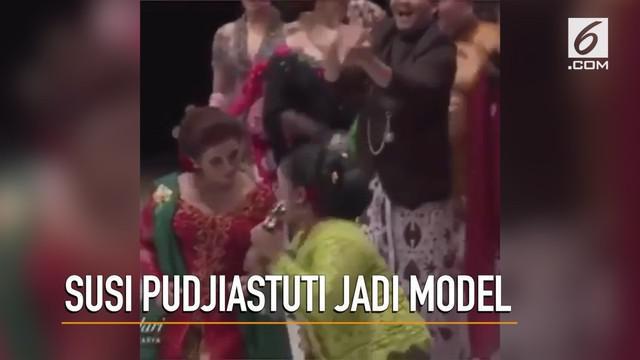 Susi Pudjiastuti, Menteri Kelautan dan Perikanan tampil berbeda dengan kebaya Jawa dan melenggak-lenggok bak model.