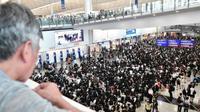 Massa pro demokrasi Hong Kong menggelar aksi duduk di bandara internasional pada 9 Agustus 2019 (AFP PHOTO)