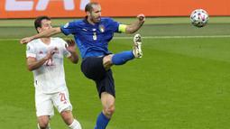 Bek Juventus itu berdiri kokoh di barisan pertahanan Timnas Italia untuk mengamankan setiap serangan dari lawan. (Foto:AP/Matt Dunham,Pool)