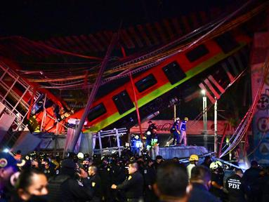Petugas penyelamat berkumpul di lokasi kecelakaan setelah jembatan layang untuk kereta metro ambruk di Mexico City, Senin (3/5/2021). Setidaknya 13 orang tewas dan puluhan lainnya luka-luka akibat kecelakaan kereta metro di ibu kota Meksiko tersebut. (Pedro PARDO/AFP)