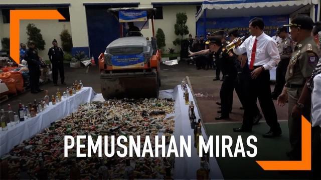 Bea Cukai Bandung memusnahkan ratusan botol miras.