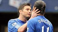 Adu argumen antara Frank Lampard (kiri) dan Didier Drogba saat eksekusi penalti di laga Chelsea versus Wigan Athletic di Stamford Bridge, 9 Mei 2010. Chelsea unggul 8-0 dan juara. AFP PHOTO / CARL DE SOUZA