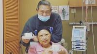 Susilo Bambang Yudhoyono setia menemani sang istri, Ani Yudhoyono yang tengah dirawat di rumah sakit di Singapura. (dok. Instagram @annisayudhoyono/https://www.instagram.com/p/BwCAy3gDGOV/Putu Elmira)