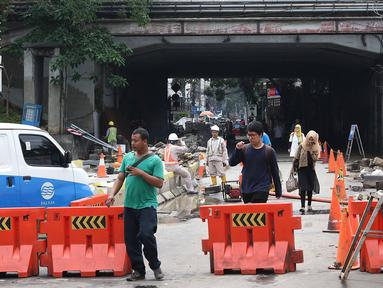 Pejalan kaki melewati underpass Sudirman yang ditutup bagi kendaraan di Jalan Kendal, Jakarta, Selasa (5/3). Underpass tersebut ditutup untuk dijadikan pedestrian penunjang Transit Oriented Development (TOD) Dukuh Atas. (Liputan6.com/Immanuel Antonius)