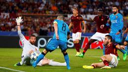 Kemelut di depan gawang AS Roma saat melawan Barcelona dalam laga di Grup E Liga Champions di Stadion Olimpico, Kamis (17/9/2015) dini hari WIB. (Reuters/Tony Gentile)