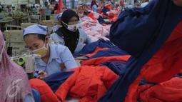 Pekerja garmen sedang menyelesaikan pekerjaannya,Tangerang, Banten, Selasa (13/10/2015). Industri tekstil di dalam negeri terus menggeliat. Hal ini ditandai aliran investasi yang mencapai Rp 4 triliun (Liputan6.com/Angga Yuniar)