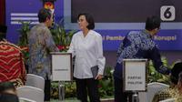Menteri Keuangan Sri Mulyani menyapa Wakil Ketua KPK Saut Situmorang saat menghadiri peringatan Hari Anti Korupsi Dunia (Hakordia) 2019 di Gedung Penunjang KPK, Jakarta, Senin (9/12/2019). KPK kembali menggelar Hari Antikorupsi Sedunia yang jatuh setiap 9 Desember. (Liputan6.com/Faizal Fanani)