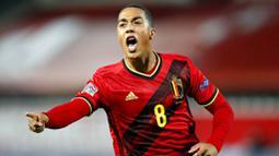 Pemain Belgia, Youri Tielemans, melakukan selebrasi usai mencetak gol ke gawang Inggris pada laga UEFA Nations League di Stadion King Power, Senin (16/11/2020). Belgia menang dengan skor 2-0. (AP/Francisco Seco)