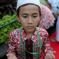 Seorang anak yatim terlihat berdoa usai mengambil air wudhu, Jakarta, Kamis (18/6/2015). Jokowi mengundang 400 anak yatim dari 12 panti asuhan yang ada di Jabodetabek untuk berbuka puasa bersama di Isatana Negara (Liputan6.com/Faizal Fanani)