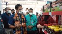Sandiaga Uno mengunjungi Sulawesi Utara dan berkesempatan mencicipi makanan khas Manado, klappertaart (dok.instagram/@kemenparekraf/https://www.instagram.com/p/CMCuGHCBHkJ/Komarudin)