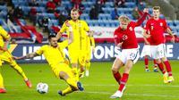 Striker Norwegia, Erling Braut Haaland, melepaskan tendangan ke gawang Rumania pada laga UEFA Nations League di Stadion Ullevaal, Minggu (11/10/2020). Norwegia menang dengan skor 4-0. (Vidar Ruud /NTB scanpix via AP)