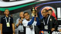 Ferdinand Sinaga menerima trofi sebagai pemain terbaik Indonesia Super League 2014 di Stadion Gelora Sriwijaya, Palembang, (7/11/2014). (Liputan6.com/Helmi Fithriansyah)