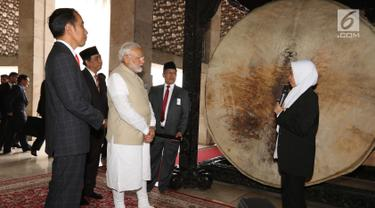 Presiden Joko Widodo bersama PM India Narendra Modi mendengarkan penjelasan ketika mengunjungi Masjid Istiqlal, Jakarta, Rabu (30/5). Kunjungan kenegaraan Narendra Modi tersebut membahas isu-isu bilateral, regional dan global. (Liputan6.com/Angga Yuniar)