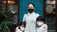 Ilustrasi ibu dan anak mengenakan masker | pexels.com/@ketut-subiyanto