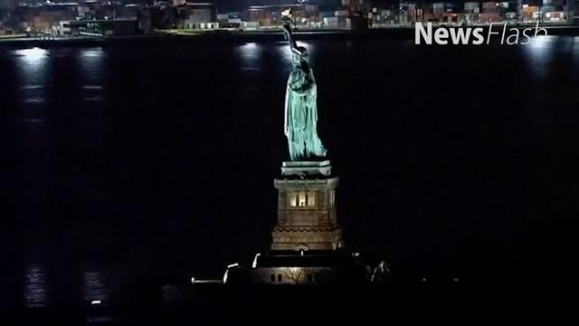 Biasanya, jika malam menjelang, lampu Patung Liberty menyala. Memperlihatkan sosok berkerudung, bermahkota yang membawa obor serta buku.