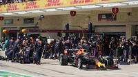 Pada lap ke-10, tim Red Bull Racing memutuskan untuk membuat pit stop terlebih dahulu untuk Max Verstappen. Strategi pit stop tersebut membuat Max mempimpin di stint kedua karena Hamilton masuk ke pit stop empat lap berselang. (AP/Pool/Darron Cumming)