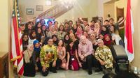 Duta Besar AS untuk Indonesia Joseph R. Donovan dan Anies Baswedan berfoto bersama dengan alumni YES yang baru saja pulang dari pertukaran pelajar di Amerika Serikat (Liputan6.com/Siti Khotimah)