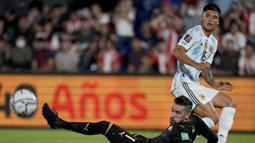 Argentina membuka peluang di menit ke-9 lewat Joaquin Correa. Tembakannya dari jarak dekat masih mampu ditepis kiper Paraguay, Anthony Silva. (AP/Jorge Saenz)