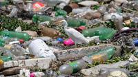 Seekor burung bertengger di atas sampah untuk mencari makanan di Sungai Pinheiros di Sao Paulo, 22 Oktober 2020. Akibat pembuangan limbah domestik dan limbah padat selama bertahun-tahun, Sungai Pinheiros yang dianggap sebagai salah satu paling tercemar di Brasil. (AP/Andre Penner)