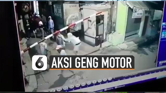 Mengetahui geng motor itu membawa senjata tajam beberapa warga yang sedang ronda itu pun langsung berlarian masuk ke dalam rumah.