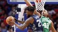 Forward Detroit Pistons Reggie Bullock (kiri) coba memasukkan bola pada laga NBA melawan Boston Celtics di Little Caesars Arena, Jumat (23/2/2018) atau Sabtu (24/2/2018) WIB. (AP Photo/Duane Burleson)