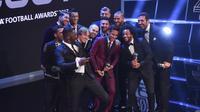 Para pemain terbaik dunia versi FIFA FIFPro berpose dengan aktor asal Inggris, Idris Elba, di London, Senin (23/10/2017), pada gelaran seremoni penghargaan Persona Terbaik FIFA 2017.  (AFP/Ben Stansall)