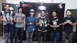 """Penyanyi Judika foto bersama dengan komposer usai peluncuran album baru yang berjudul """"JUDIKA"""" di Jakarta, Rabu (26/4). Album tersebut berisikan 10 lagu dengan 2 singel untuk album ini """"Lebih dari Cinta"""" dan """"I Love You"""". (Liputan6.com/Herman Zakharia)"""