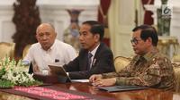 Presiden Joko Widodo (Jokowi) bertemu CEO Bukalapak, Achmad Zaky di Istana Merdeka, Sabtu (16/2). Turut mendampingi Jokowi dalam pertemuan itu Sekretaris Kabinet Pramono Anung dan Koordinator Staf Khusus Presiden Teten Masduki. (Liputan6.com/Angga Yuniar)