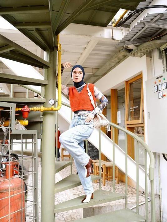 Kombinasikan vest, mom jeans dan sepatu boots seperti OOTD ala Tantri Namirah satu ini. (Instagram/tantrinamirah).