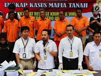 Subdit Harda Dit Reskrimum Polda Metro Jaya merilis kasus mafia tanah yang terjadi di Jakarta dan Bekasi, Polda Metro Jaya, Jakarta, Rabu (5/9). Kasus tersebut terjadi di wilayah Cipinang Jakarta Timur dan Segara Makmur Bekasi. (Liputan6.com/JohanTallo)