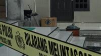 Kardus berisi kitab yang dititipkan tanpa pesan di masjid membuat warga lapor ke Polres Tulungagung (Liputan6.com/Zainul Arifin)