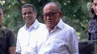 Ketua Dewan Pembina Partai Golkar Aburizal Bakrie (kanan) tiba di gedung KPK untuk menjalani pemeriksaan, Jakarta, Kamis (16/11). Aburizal Bakrie diperiksa KPK sebagai saksi dugaan korupsi e-KTP dengan tersangka Setya Novanto. (Liputan6.com/Faizal Fanani)