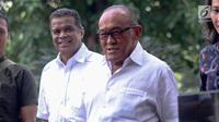 Ketua Dewan Pembina Partai Golkar Aburizal Bakrie (kanan) tiba di gedung KPK untuk menjalani pemeriksaan, Jakarta, Kamis (16/11). Aburizal Bakrie diperiksa KPK sebagai saksi dugaan korupsi e-KTP dengan tersangka Setya Novanto.(Www.sulawesita.com)