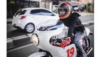 Dian Ayu Lestari saat menunggangi Triumph Thruxton 900 modifikasi miliknya (instagram @dianayulestari)