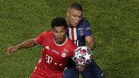 Penyerang Bayern Munchen, Serge Gnabry berebut bola dengan penyerang PSG, Kylian Mbappe pada final Liga Champions di stadion Luz di Lisbon (23/8/2020). Munchen menang tipis atas PSG 1-0. (AP Photo/Manu Fernandez, Pool)