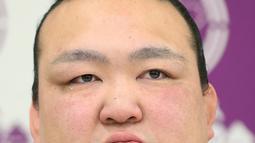 Pemegang predikat grand champion sumo, Kisenosato menyeka air matanya saat mengumumkan pensiun dari arena sumo di Tokyo, Rabu (16/1). Kisenosato merupakan satu-satunya pesumo Jepang di liga teratas olahraga itu. (Yohei Nishimura/Kyodo News via AP)