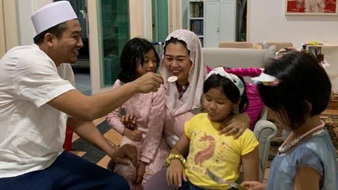 Momen kebersamaan Yenny Wahid dan keluarga. (dok. Instagram @yennywahid/https://www.instagram.com/p/B3pR0xzAI_6/Putu Elmira)