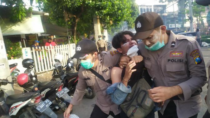 Aksi demo UU Cipta Kerja di Surabaya, Jawa Timur pada Kamis, (8/10/2020). (Foto: Liputan6.com/Dian Kurniawan)