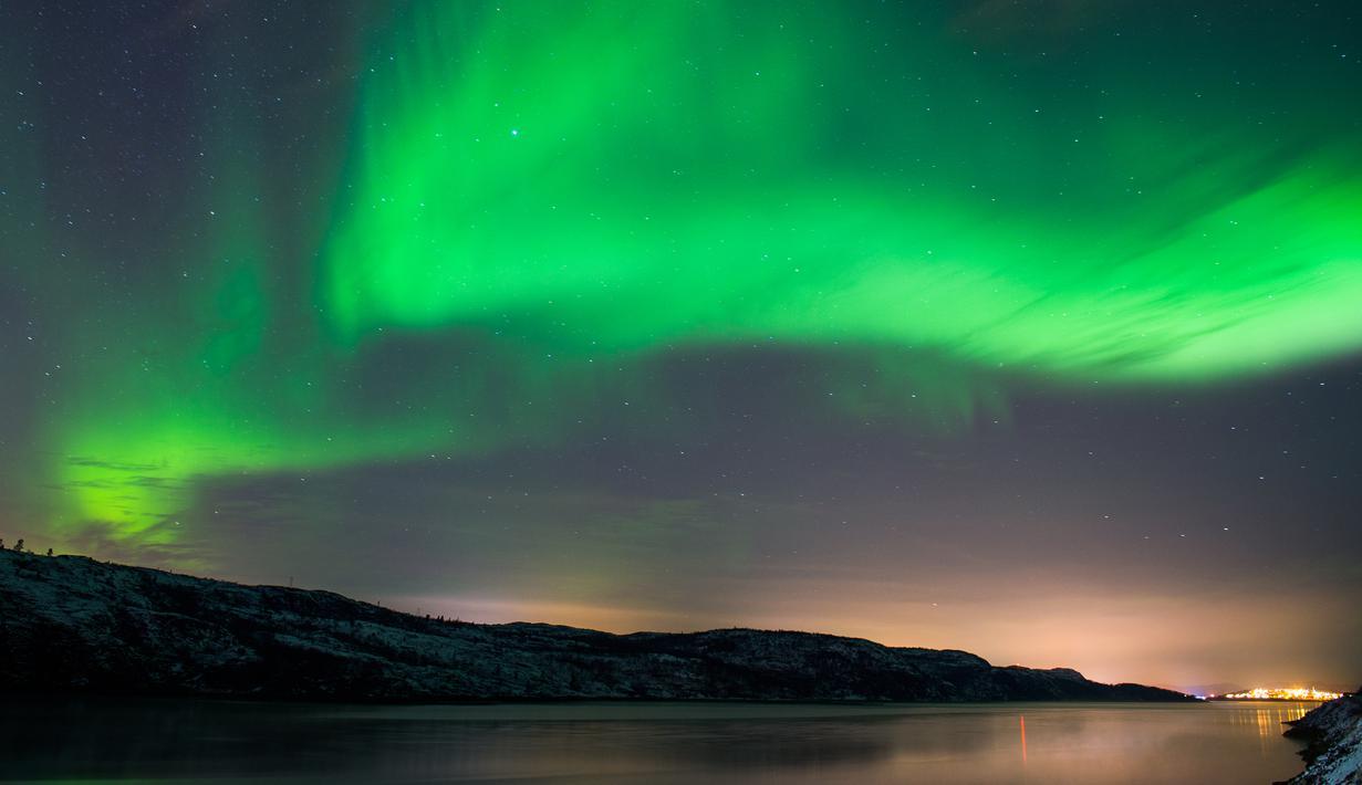 Fenomena aurora borealis saat menerangi langit malam di dekat kota Kirkenes, Norwegia utara, Kamis (12/11/2015). (AFP PHOTO/Jonathan NACKSTRAND)