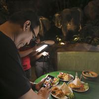 Doyan makan dan suka melihat-lihat foto makanan? Ini ada komunitas Jangkrik Kuliner yang cocok buat dipantengin seharian. (Fimela.com/Deki Prayoga)