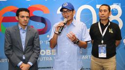 Pengusaha Sandiaga Uno (tengah) memberikan keterangan pers  pada acara Indonesia Young Entrepreneur Summit 2018 di Ciputra Artpreneur World, Jakarta, Minggu (28/10). Forum ini mengusung tema Arah Baru Ekonomi Indonesia. (Liputan6.com/Fery Pradolo)
