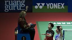 Kevin Sanjaya memprotes wasit atas pengajuan challenge yang diajukan oleh Li Junhui/Liu Yuchen sementara poin sudah diputuskan. ( Bola.com/Peksi Cahyo )