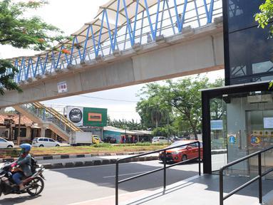 Kendaraan melintas di kawasan jembatan penyeberangan orang (JPO) Sumarno, Jakarta, Kamis (10/1). Lift JPO Sumarno sudah bisa digunakan. (Liputan6.com/Herman Zakharia)
