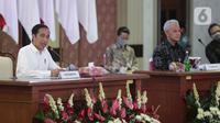 Presiden Joko Widodo atau Jokowi (kiri) menyampaikan pengarahan kepada ratusan audiens di Gedung Gradhika Bhakti Praja, Kompleks Kantor Gubernur Jawa Tengah, Semarang, Selasa (30/6/2020). Jokowi melakukan kunjungan kerja ke beberapa wilayah di Jawa Tengah. (Liputan6.com/Gholib)