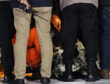 FOTO: Basarnas Cek Barang Diduga Serpihan Pesawat Sriwijaya Air SJ 182