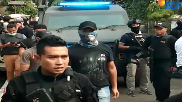 Diduga, para terduga teroris terkait dengan jaringan Jamaah Ansharut Daulah (JAD) Jakarta.
