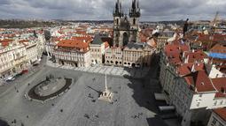 Ribuan salib dilukis di trotoar Alun-Alun Kota Tua di Praha untuk memperingati setahun kematian pasien corona COVID-19 pertama di Republik Ceko, Senin (22/3/2021). Seorang pria berusia 95 tahun adalah orang pertama yang meninggal pada 22 Maret 2020 di rumah sakit Bulovka Praha. (AP/Petr David Josek)